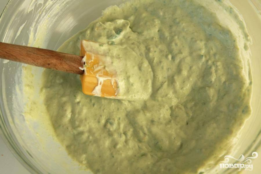 2. Тем временем приготовить крем из авокадо. Авокадо очистить и нарезать кубиками. Измельчить до консистенции пюре и выложить в среднюю миску. Добавить сметану, сок 1 лайма, горячий соус и чесночную соль. Накрыть миску крышкой и поставить в холодильник.