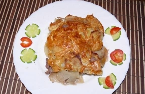 8. А вот так - на тарелке. Подавайте его порционно или в форме для запекания на одном блюде, но тогда выбирайте стеклянную или керамическую емкость, чтобы на столе она смотрелась гармонично.