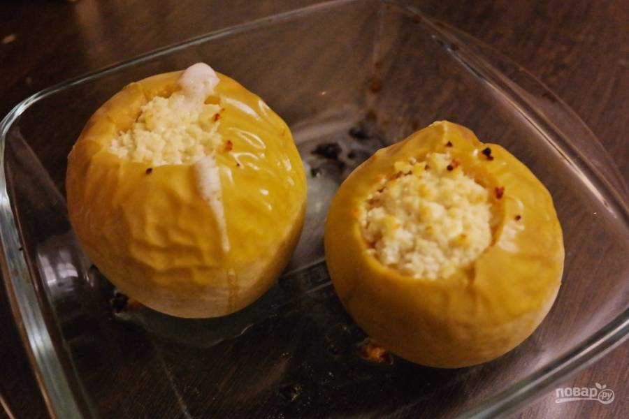 Греем духовку до 200 градусов и ставим яблоки примерно на 20 минут. Готовность проверяйте вилкой, яблоки должны стать мягкими.
