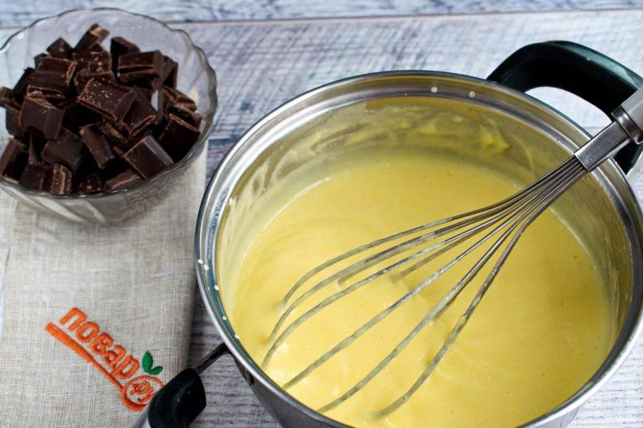 Вылейте полученную смесь в кастрюлю к оставшимся сливкам. Варите на медленном огне в течение 3 минут до загустения, постоянно помешивая венчиком. Шоколад измельчите.