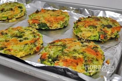 6. Патти из брокколи в духовке будут готовы сразу же, как только подрумянятся снаружи.