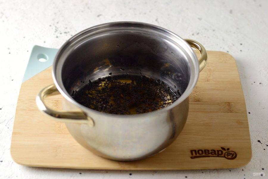 Вскипятите в кастрюльке воду, добавьте черный листовой чай. Снова доведите до кипения.