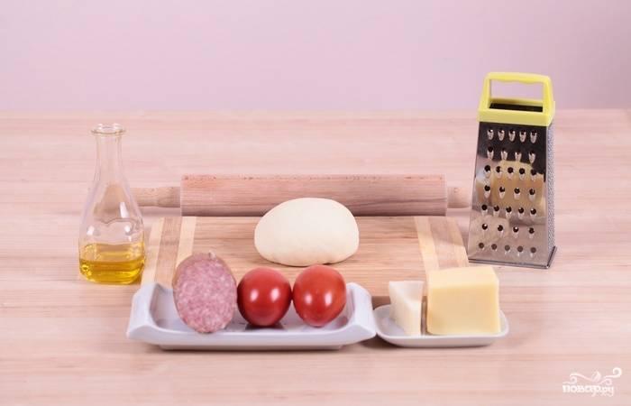 1. Вот такой весьма скромный набор ингредиентов вам потребуется, чтобы повторить этот рецепт приготовления пиццы с салями.