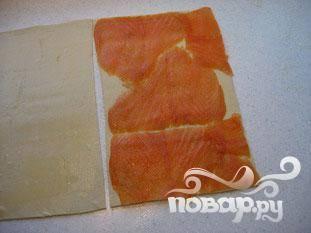 Смазать каждую половину яичным желтком. Обложить один кусок теста лососем. Не оставляйте пробелов (как на фото) без лосося, тесто должно быть полностью покрыто. Щедро посыпать перцем.