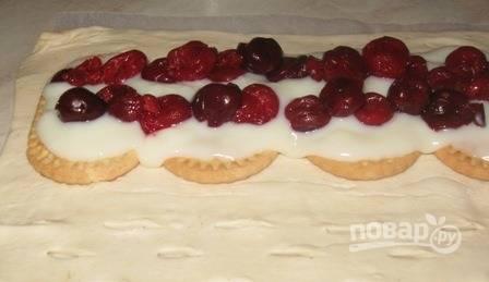 Достаньте из вишен косточки. Выложите ягоды поверх пудинга или заварного крема.
