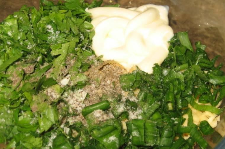 Сваренные яйца и твердый сыр натрите на крупной терке. Добавьте печень трески, размятую вилкой (без жидкости), и измельченную зелень. Также добавьте майонез, соль и перец по вкусу. Тщательно перемешайте до однородности.