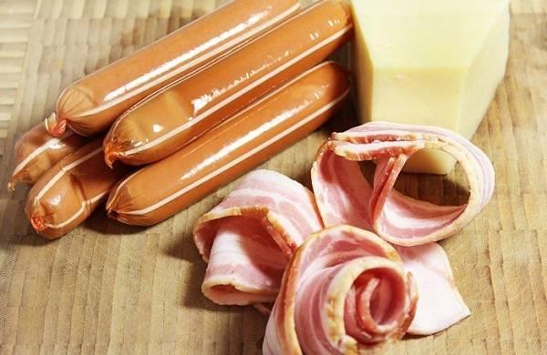 1. Вот такой минимальный набор ингредиентов необходим для приготовления закуски. В качестве соуса в этот простой рецепт фаршированных сосисок можно использовать не только горчицу, но и кетчуп, сливочный или чесночный соус, например.