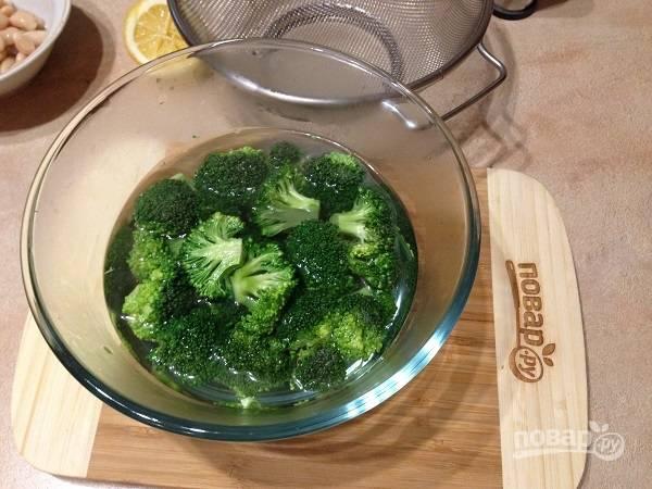 2. Брокколи разбираем на соцветия и заливаем кипятком, или можете слегка отварить, если любите мягкую брокколи.