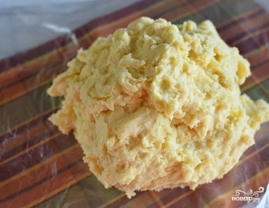 Просейте муку вместе с разрыхлителем, всыпьте её в миску к другим ингредиентам. Замесите гладкое и эластичное тесто. Уберите его в холодильник, обернув предварительно пищевой пленкой.