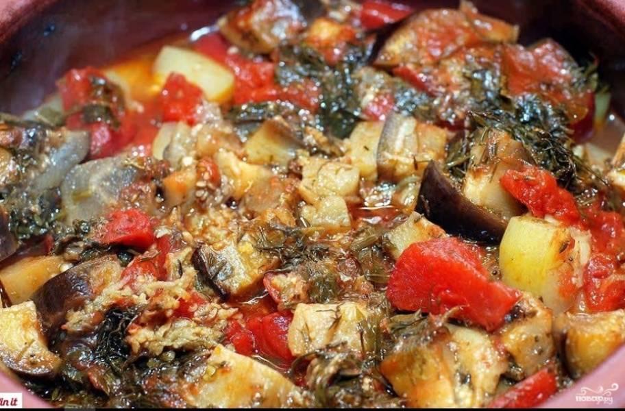 6. Запекать овощи в горшочке нужно при температуре 180 градусов, пока не выкипит лишняя жидкость и пока не будет готов картофель.