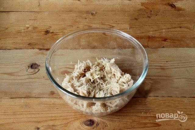 На мелкой терке натрите картофель.