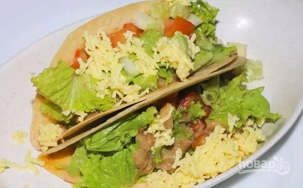 12. Выложите немного фарша в лепешку, добавьте немного нарезанных помидоров, листья салата и тертый сыр. Угощайтесь!