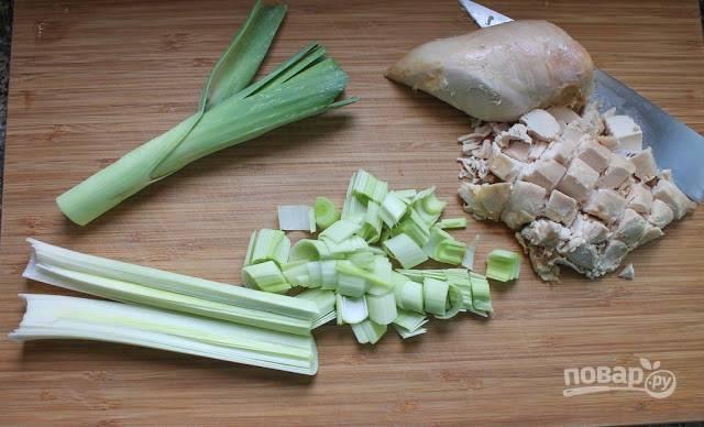 1. Измельчите курочку (можно использовать отварное филе, копченую грудку или остатки от запеченной целиком птицы, например) и лук-порей.