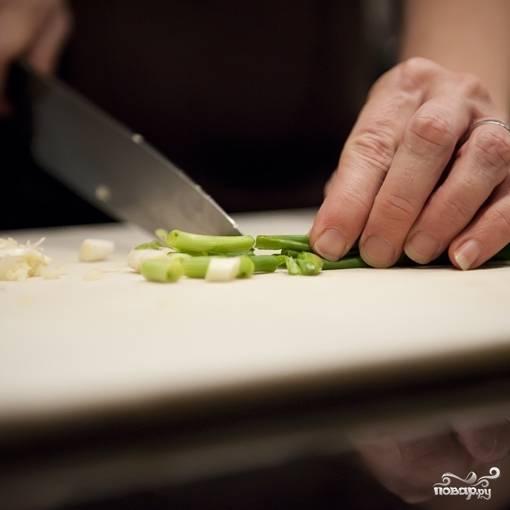 3. Чеснок очистите и измельчите. Зеленый лук промойте и нарежьте.