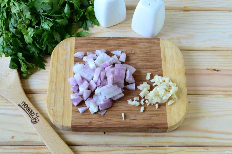 Лук порежьте кубиком, чеснок порежьте мелко ножом или выдавите через пресс для чеснока. Отправьте лук вместе с чесноком в сковороду с небольшим количеством растительного масла и жарьте, пока чеснок не начнет отдавать свой аромат, а лук не станет прозрачным.