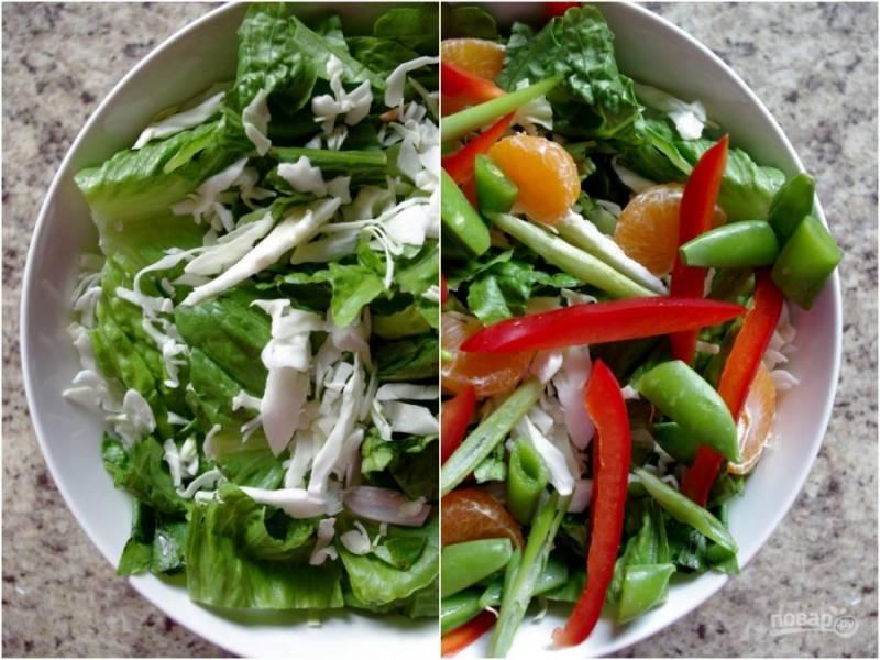 Теперь хорошо моем и обсушиваем все овощи, мандарин чистим и разбираем на дольки. Рвем или режем ромэн и капусту, стручки гороха режем кусочками, нарезаем перец соломкой. Все соединяем в миске.