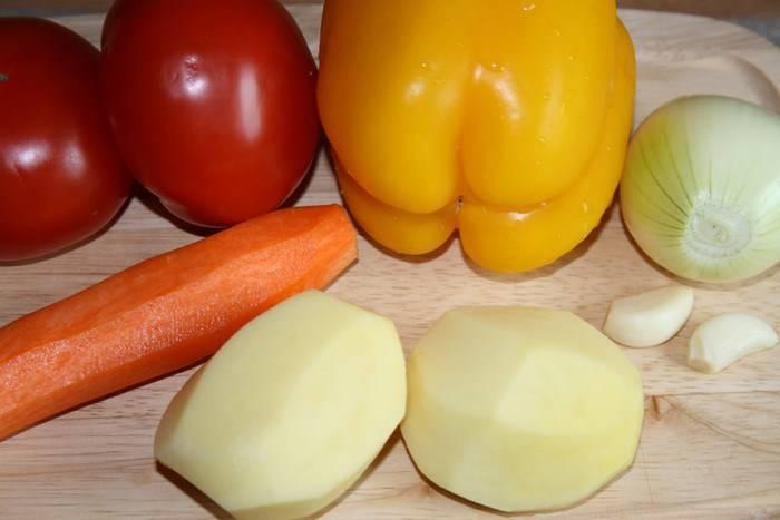 Все овощи тщательно промываем и мелко нарезаем. Картофель режем кубиками и сразу же кладем в бульон.