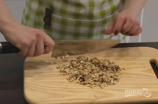 3. Грецкие орехи мелко не нарезайте, они должны чувствоваться в печенье.