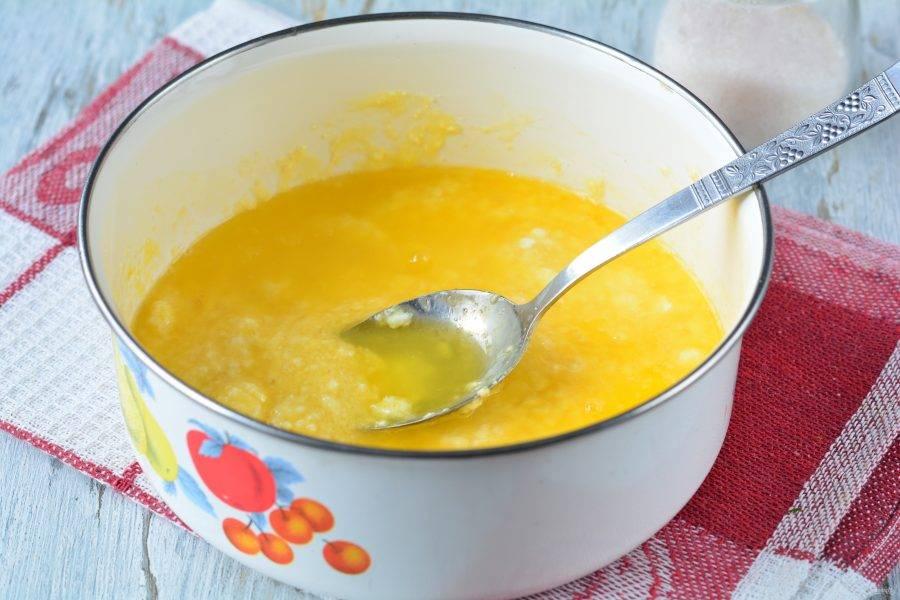 Влейте остывшее масло в тесто.