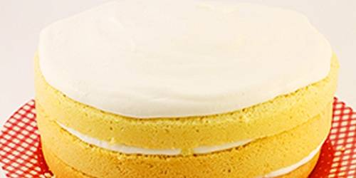 Сметану взбейте с сахаром. Добавьте туда лимонную цедру. Взбивайте до тех пор, пока сахар не растворится. Намажьте кремом каждый слой бисквита и верхний корж.