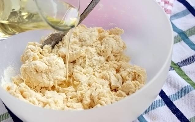Теперь вливаем треть стакана подсолнечного масла и начинаем замешивать тесто. Долго его месить не надо.