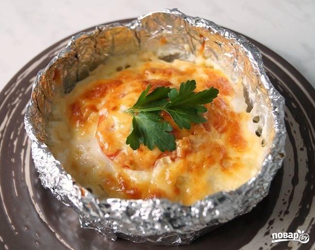 Куриное филе с помидорами и сыром в горшочках из фольги