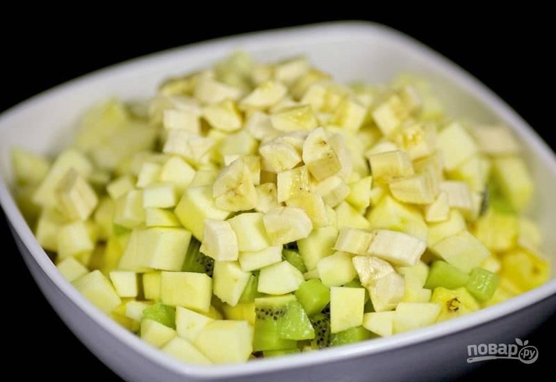 2. Нарежьте все фрукты на средние кубики.