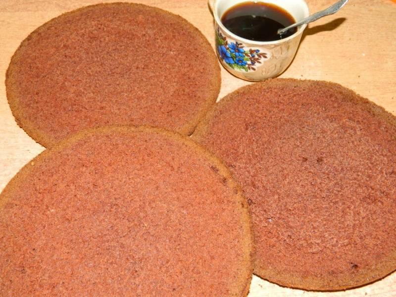 Готовый бисквит остудите и разрежьте на 3 коржа. Пропитайте их шоколадным сиропом.