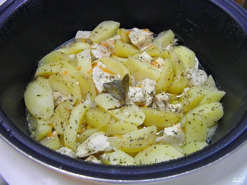 Куриная грудка с картошкой в мультиварке готова. В процессе тушения я добавила немного любимых специй.