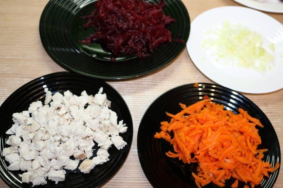 Вареные овощи натрите на крупной тёрке. Вареную куриную грудку порежьте кубиками.