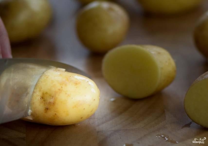 1. Все предельно просто: картошку моем, наиболее крупные клубни разрезаем пополам, а те, где шкурка толстая, поскребем ножом со всех сторон. Тщательно промоем картофель.