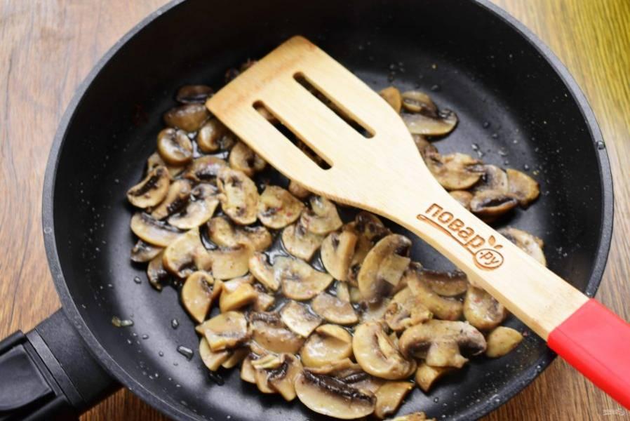 Грибы нарежьте тонкими ломтиками, обжарьте на разогретом масле до румяной корочки.