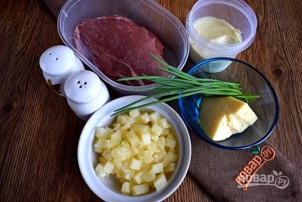 Подготовьте необходимые продукты. Мясо промойте и просушите бумажным полотенцем. Слейте сок с консервированного ананаса.