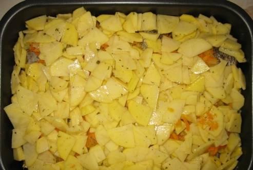 4. Покрываем также сверху картофелем и по желанию присыпаем все сыром. Лучше использовать твердые сорта сыра.