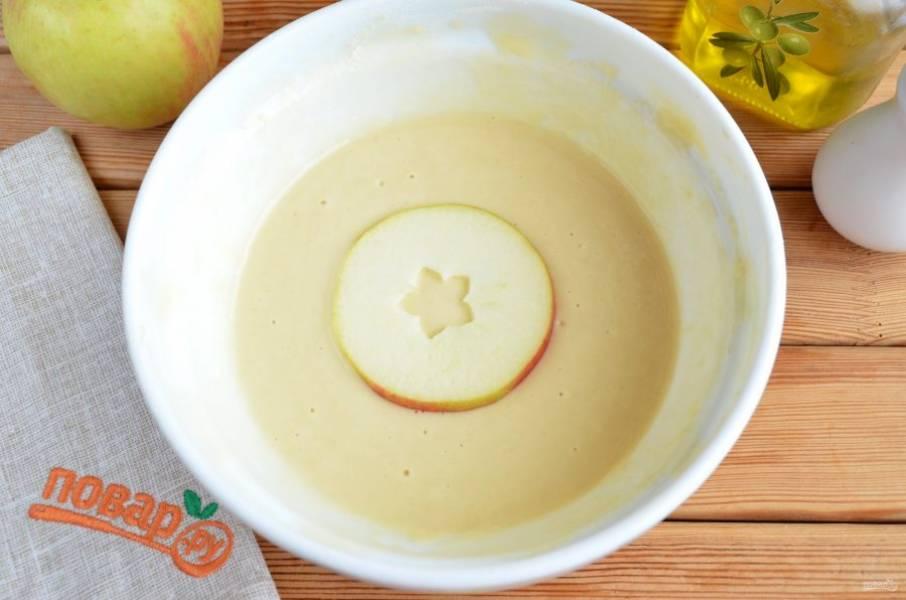 Окунайте каждое колечко яблока в кляр, лишнее тесто стряхните.