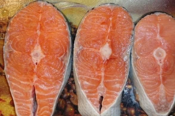Если вам досталась рыба большим куском, очистим ее от чешуи, помоем и разрежем на стейки. Из 600 граммов семги можно сделать 3-4 стейка.
