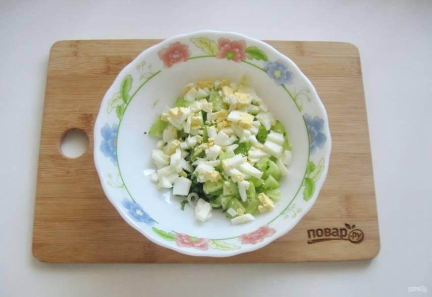 Яйца сварите вкрутую, охладите, очистите и нарежьте кубиками. Выложите в салат.