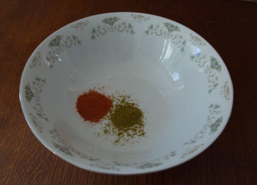 В миску поместите чайную ложку хмели-сунели, специи для приготовления птицы.