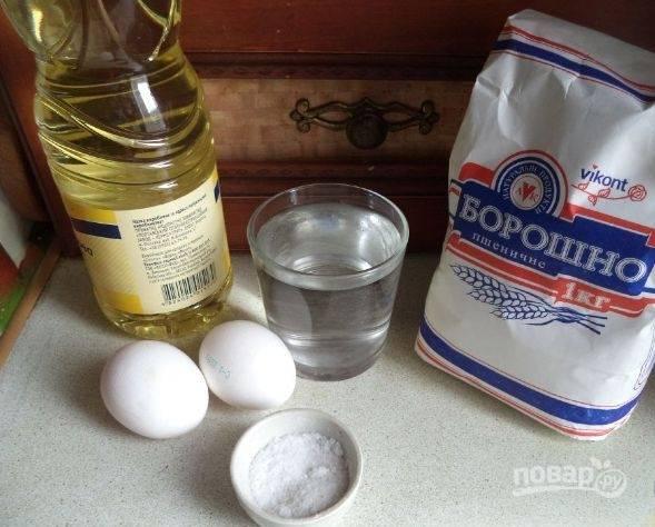 1. Это тесто готовится на основе кипятка. Можно приготовить такое же, но на молоке или сыворотке. На кипятке оно получается более эластичным (идеально подойдет для пиццы на сковороде).
