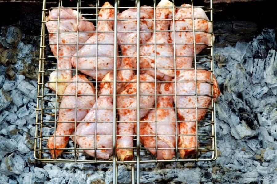 Курицу выложите на решетку и отправьте на угли.