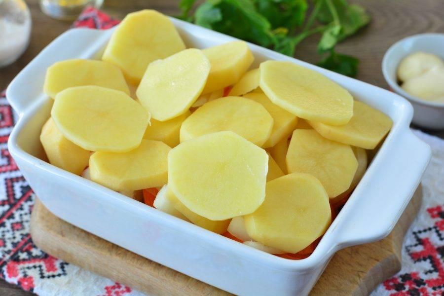 Последним слоем выложите кружочки картофеля, добавьте специи по вкусу.