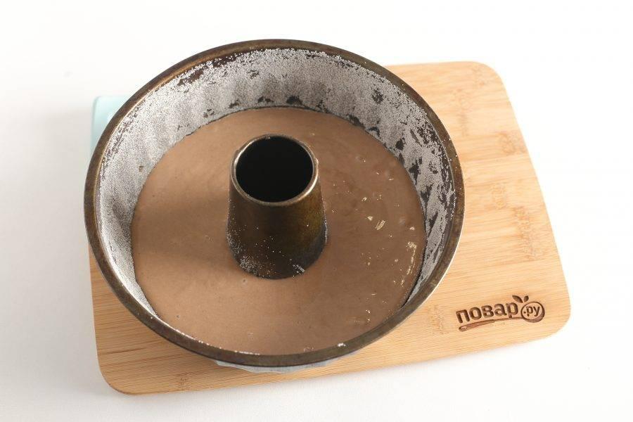 Форму для запекания смажьте маслом. Посыпьте мукой или манкой. Вылейте тесто и запекайте в духовке при температуре 180 градусов около 30-40 минут.