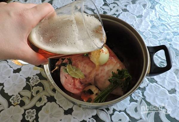 4. Влейте пиво и добавьте очищенную морковь, помидоры.
