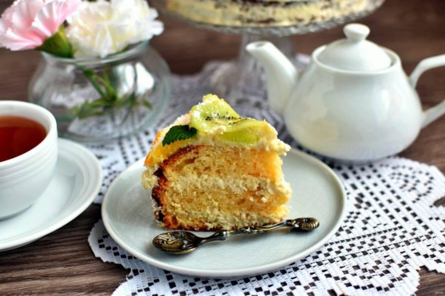 Подавайте торт охлажденным, нарезав аккуратными ломтиками.