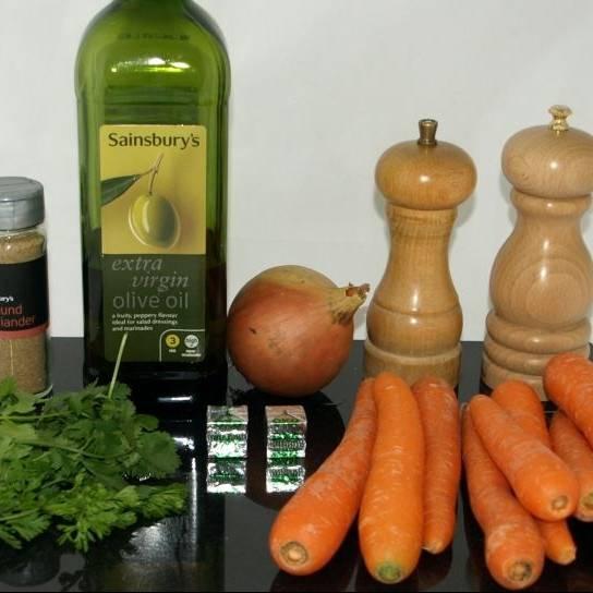 Ингредиенты к морковному супу и подготовка:  Нарезать морковь, грубо нарезать лук, удалить стебли и грубо нарезать листья кинзы.