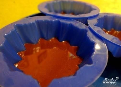Теперь заливаем массу из какао в формы так, чтобы жидкость заполняла форму только на половину. Ставим в холодильник на 10 минут.