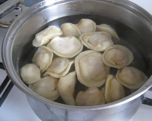 4. Отвариваем в кипящей воде с солью, лаврушкой и перцем. Пельмени готовые вылавливаем, а теперь из бульона будем делать заправку!