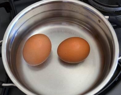 2. Яйца отварите вкрутую.