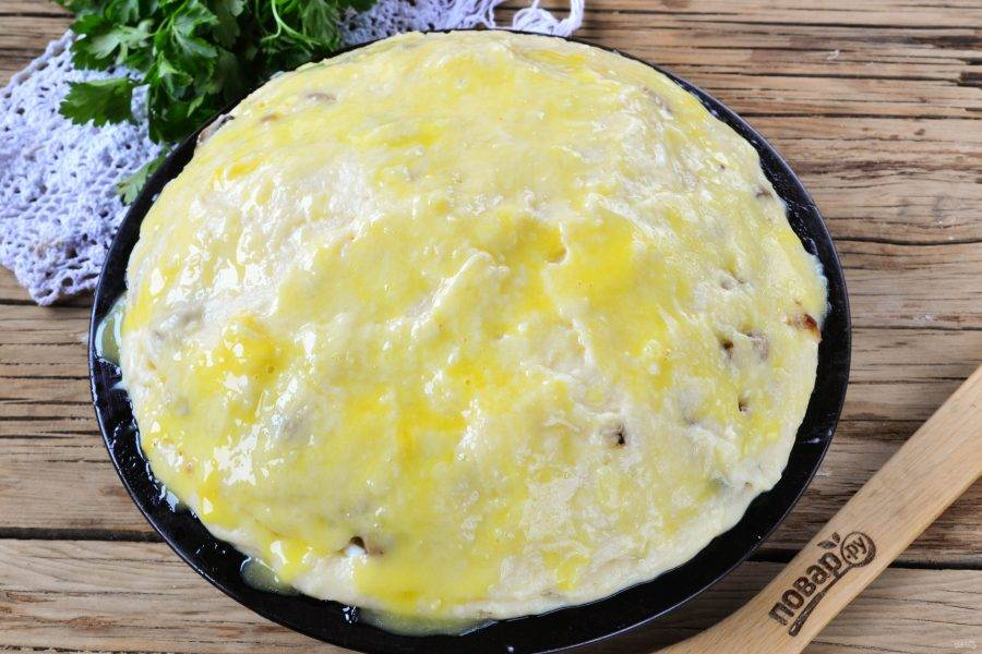 Сверху выложите оставшееся картофельное пюре. Смажьте желтком и отправьте в духовку, разогретую до 200 градусов, на 25-30 минут, до образования на поверхности красивой золотистой корочки.