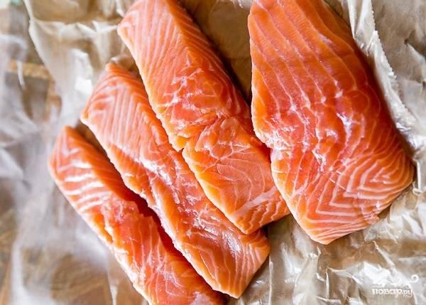1. Первым делом подготовьте рыбку: вымойте, обсушите и нарежьте филе кусочками.